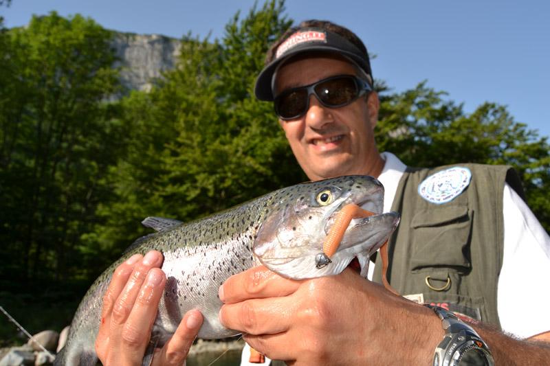 Pescare trota iridea torrente esca gomma