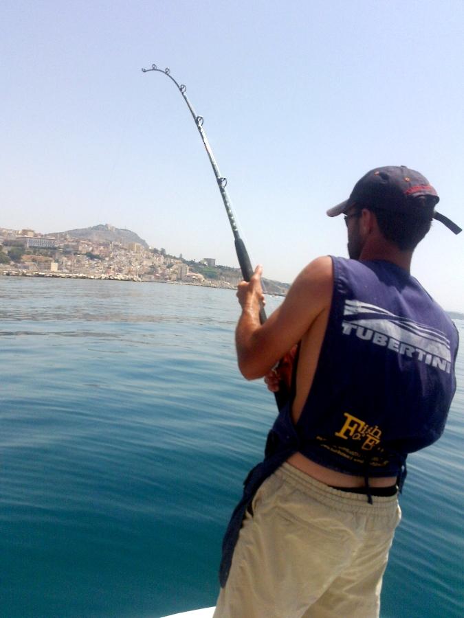 pescare la leccia amia dalla barca a drifting